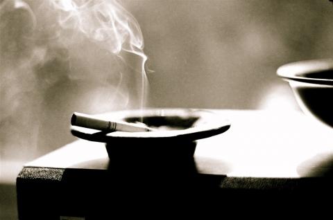 たばこ 灰皿 煙