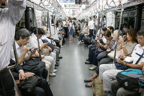 02b 500 smartphone on a train