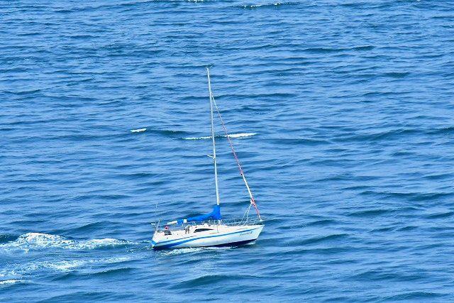 エンジンで航行してるヨット