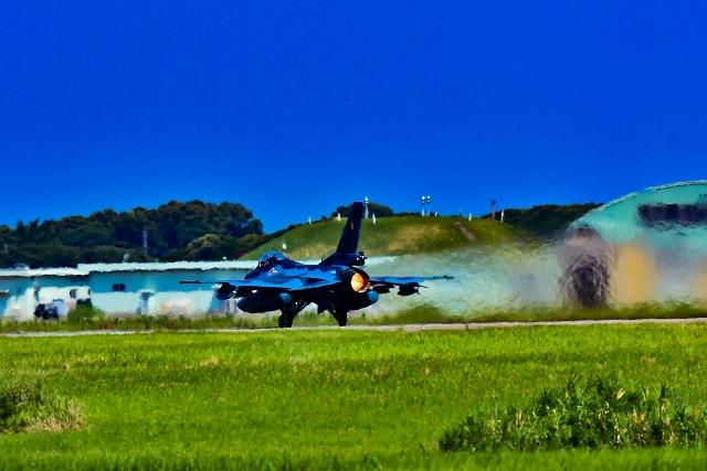 アフタバーナー全開で離陸 F2戦闘機