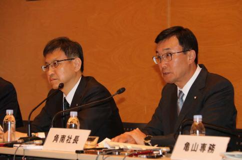 テレビ朝日定例社長会見に出席した角南源五社長(右)と篠塚浩取締役報道局長