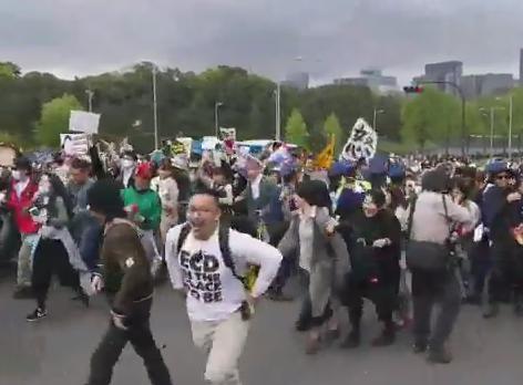 国会前での抗議デモ集団、ヒャッハーと叫びながら警察の封鎖バリケードを突破(動画) … 30代の男を公務執行妨害の疑いで現行犯逮捕