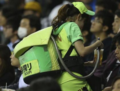 野球女子「球場のビール売り子は無くした方がよい。球場がキャバ状態になってとてもスポーツの場じゃなくなってる。親父三人組が売り子と写真撮っててスゴイひいた」