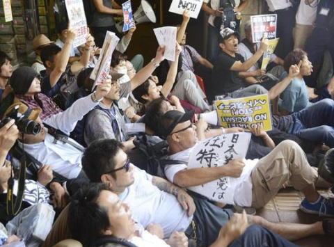 市民団体「ヘイトスピーチを考える会」主催の講演会、反対派パヨクが講演会場の出入口周辺に中指立てながら座り込み中止に - 川崎