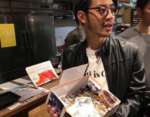 絵本作家としても活躍するキングコング西野亮広(37)「美術館建設のために3億円の借金を抱えた。キミはどうするつもりだ?僕を助けるのか?なんとかしろや!」 … 銀行口座を示し、借金返済用の募金を開始してしまう