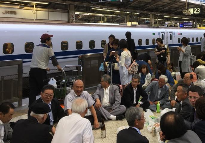 6時間近く停電で全線不通となった東北新幹線、東京駅のホームでは乗客同士が宴会を始めて和気藹々とした雰囲気に(画像)