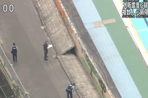 大阪地震、高槻市の小学校プール脇のブロック塀が道路側に倒れ、9歳の女の子が心肺停止の状態に