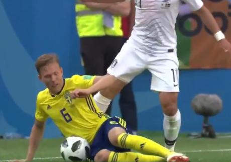 サッカーW杯でスウェーデンに負けた韓国人、審判とスウェーデン代表を死刑&宣戦布告しろとの嘆願書を韓国大統領政府に提出 … 「スウェーデンへの宣戦布告を請願します」「代表23人を死刑に」