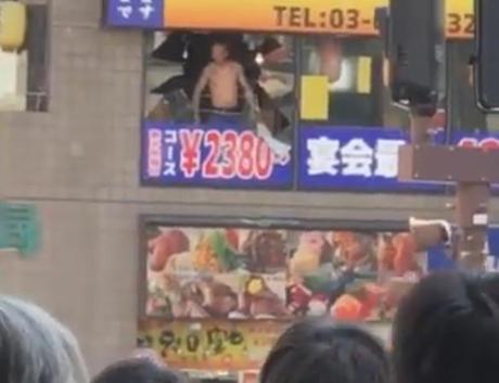 東京・代々木駅前の居酒屋に刃物を持った男が籠城、警官に目がけてロケット花火を撃って立て籠もる(動画)