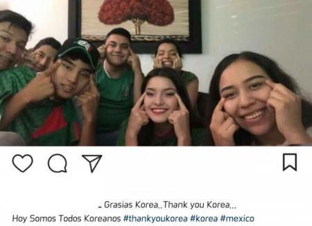 ドイツを倒した韓国、メキシコのサッカーファン達が在墨韓国大使館に押し寄せて韓国感謝フィーバーに … 韓国人に感謝を伝えるために目をつり上げたジェスチャの写真を大量に投稿