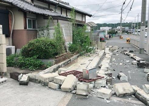 共同通信記者、大阪地震の犠牲者遺族マンションを取材→ 自治組合の理事に追い返される … 記者「遺族の声や人柄を伝えるのが私達の仕事」 理事「では君をつまみ出すのが私の仕事だ」