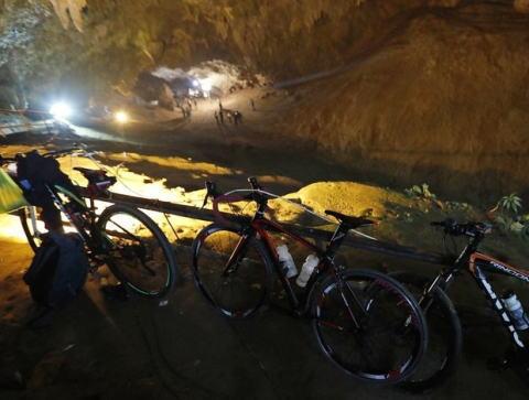 タイの洞窟に入ったまま先月23日から行方が分からなくなっていた地元サッカーチームの少年ら13人、全員無事発見される … 洞窟に入ったあと雨水が流れ込み出られなくなる