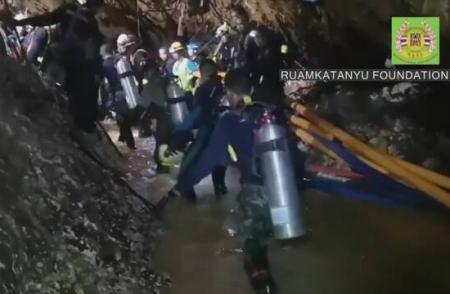タイの洞窟から出られなくなっていた少年など13人の内、2人の少年が救出され、病院に搬送 … タイの主要メディアは、複数の少年が洞窟の中を歩いて出口に向かっていると伝える
