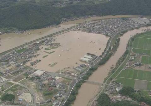 今回の記録的な豪雨で85人死亡、6人重体、58人の安否が不明 … 土地が安いって言うだけで三角州平野に住むのはマズイ(画像)