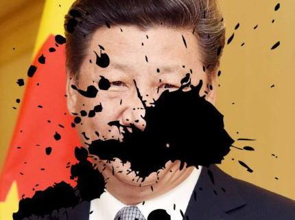 中国の女性、共産党独裁政権に反対するため習近平の写真にインクをぶちまけるパフォーマンス→ 拘束され行方不明に→ 怒った中国人達が次々と習近平や上級議員にインクをぶちまける動画を公開