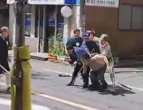 目黒の路上で包丁を振り回し暴れていた男、警官とヤマト運輸の兄ちゃんにタコ殴りにされて捕まる(動画)