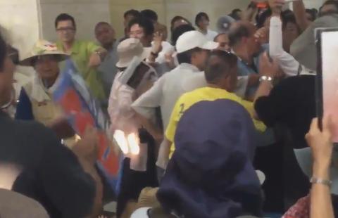 辺野古移設反対派のパヨク、沖縄防衛局で8時間以上にわたり座り込み 「小役人に用はない」「軍隊は暴力だからそれに反対するのは暴力ではない」などと怒号