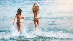 ビキニでビーチ