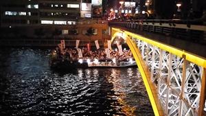 大川を渡る