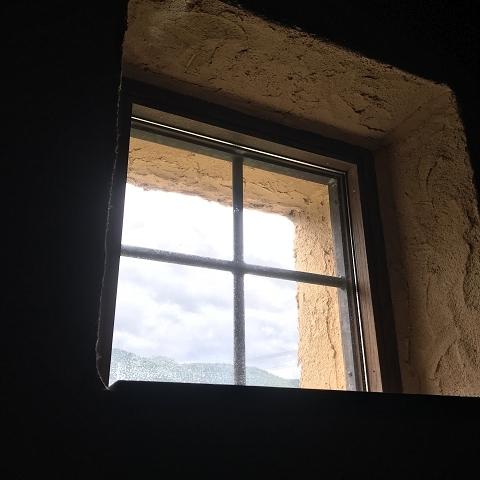 1404-階段室の小窓