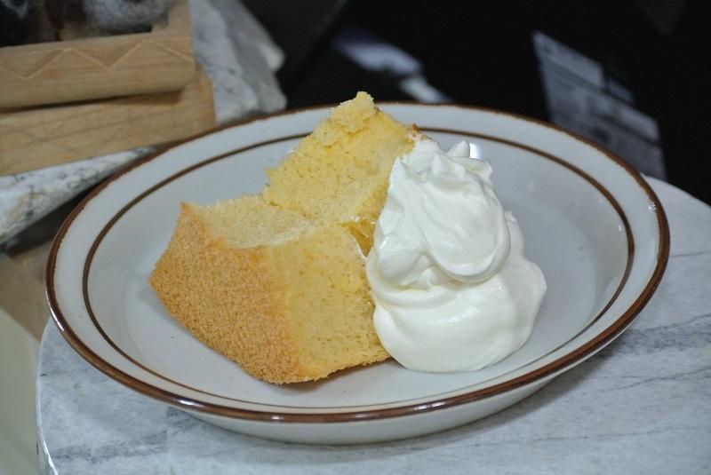 シフォンケーキと生クリーム