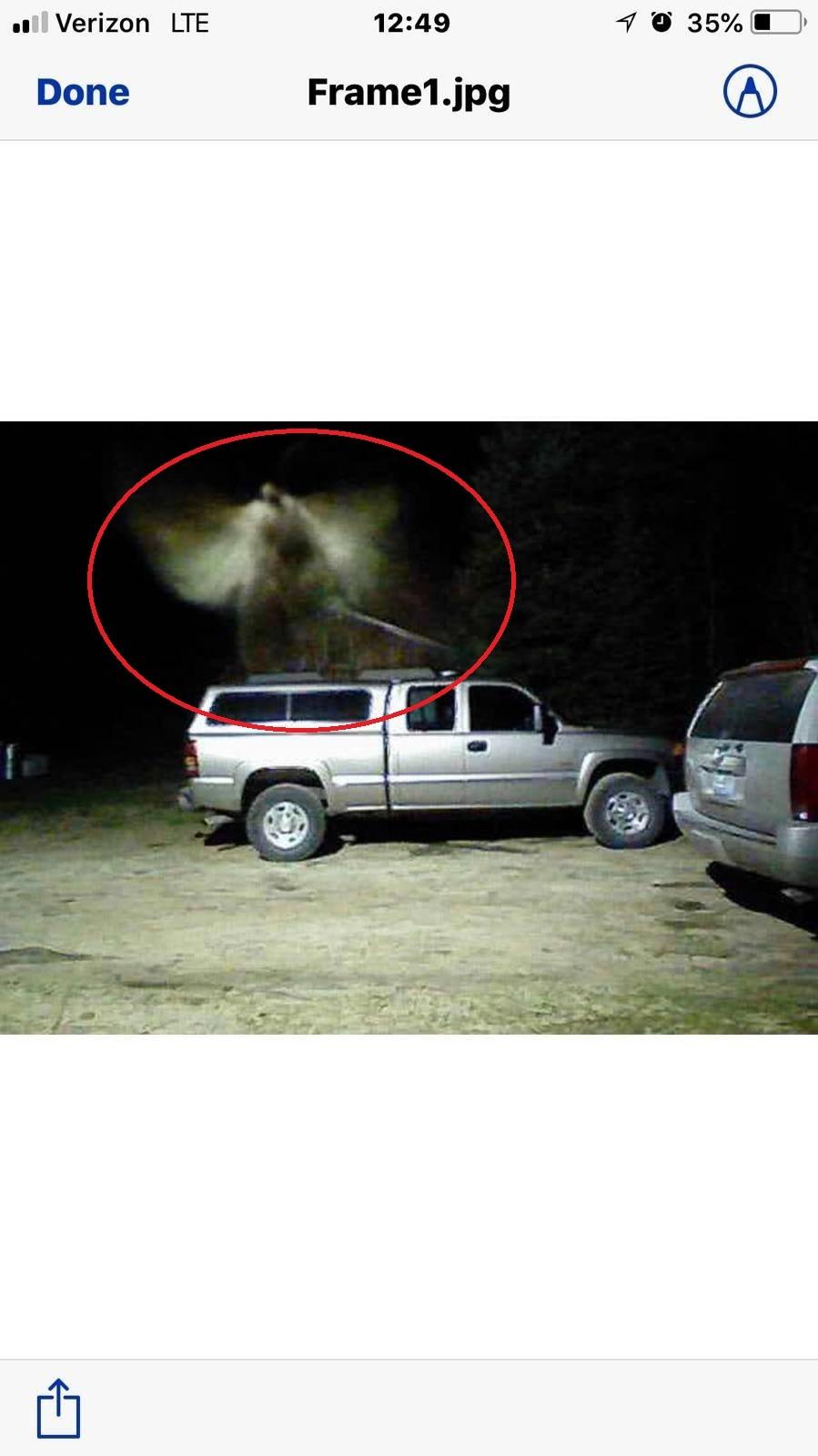 【アメリカ】白い翼に剣を持つ「天使」のような姿をした「謎の物体」が防犯カメラに捉えられる!