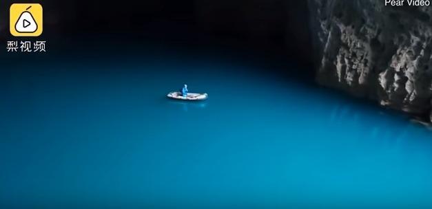 【地底湖】中国にある世界最大の容積を持つ洞窟を撮影…ピラミッド4個が収まる超巨大な洞窟