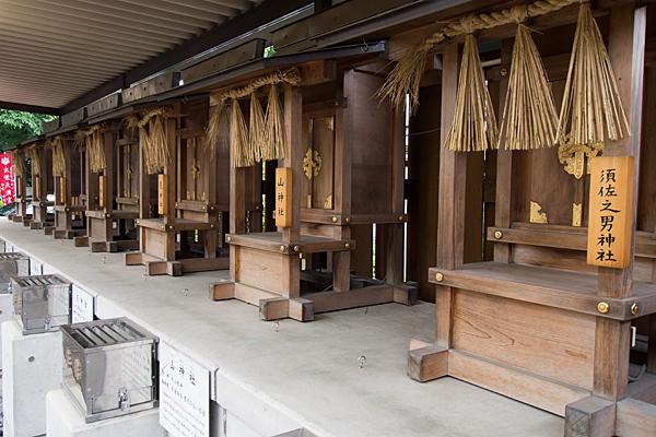 赤塚神明社境内社の社が並ぶ