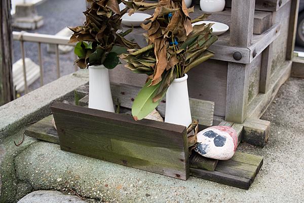 茶屋ヶ坂三十番神社枯れた榊と似顔絵石
