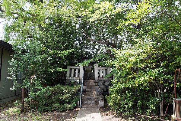 神徳神社本社前