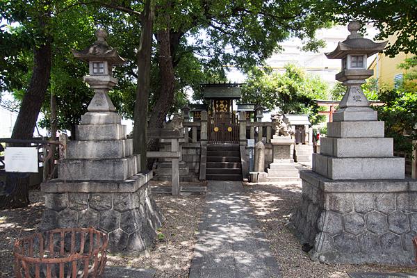 東築地神社参道と拝殿前