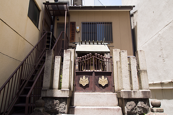 築地口神社の社と社務所