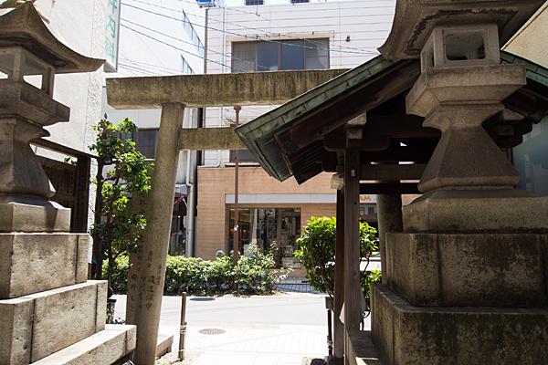 築地口神社境内から外