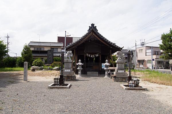 十一屋稲荷社拝殿前