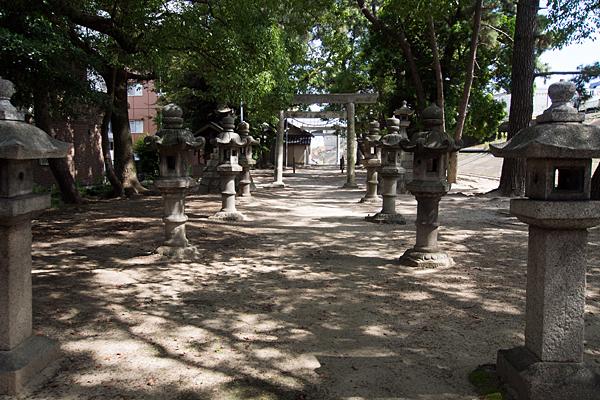 宝神町会所裏熱田社境内の風景
