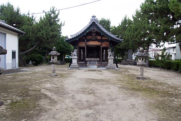 多加良浦町神明社拝殿前
