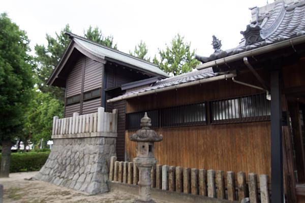 多加良浦町神明社社殿横から