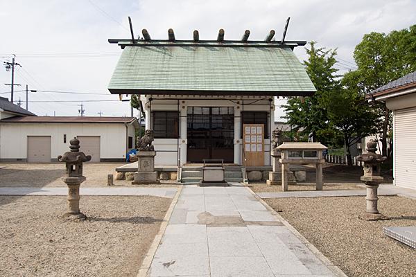 当知神明社拝殿前