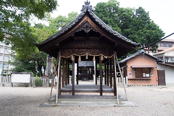 西八龍社拝殿前