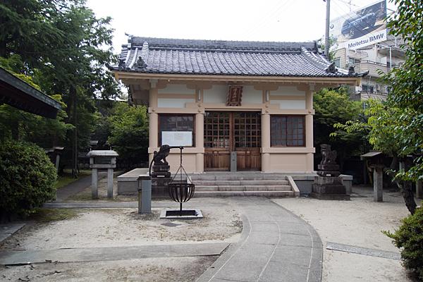 坂井戸津島社拝殿前
