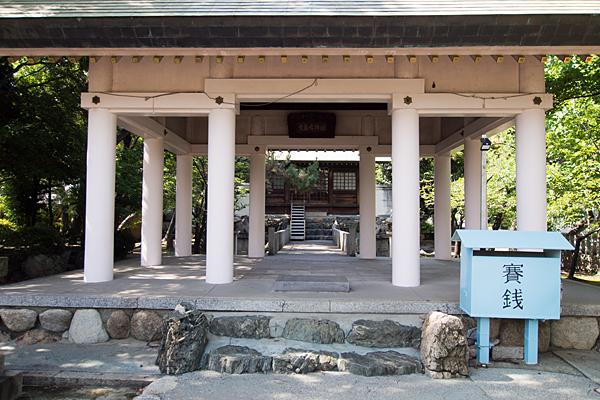 須成町素盞嗚神社拝殿前