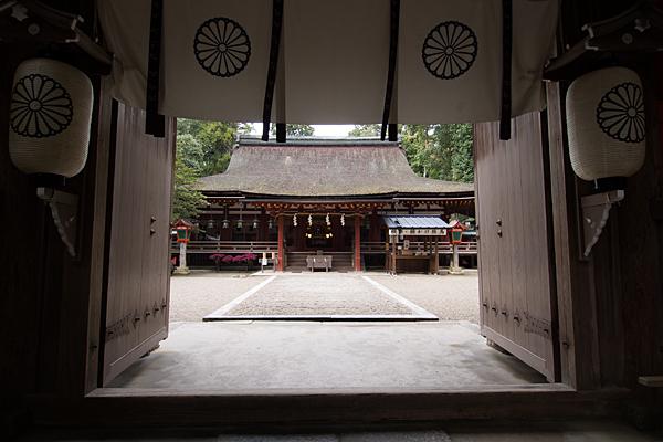 石上神宮楼門から拝殿