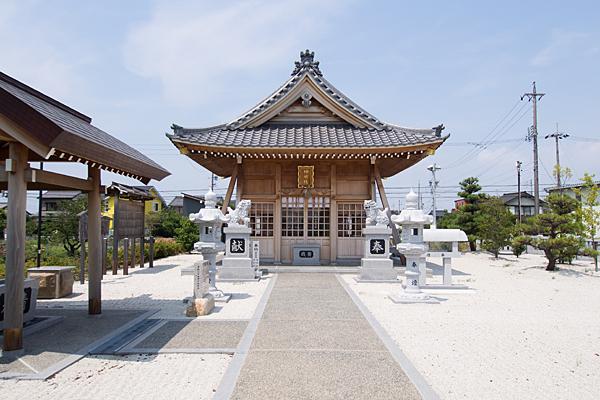 七島神明社拝殿前