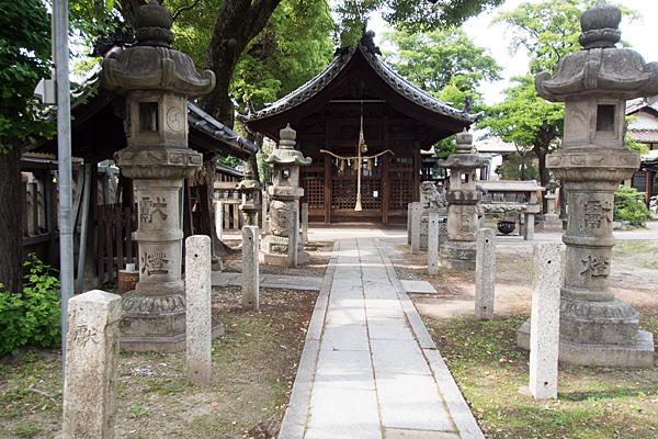 枇杷島八幡社参道と灯籠