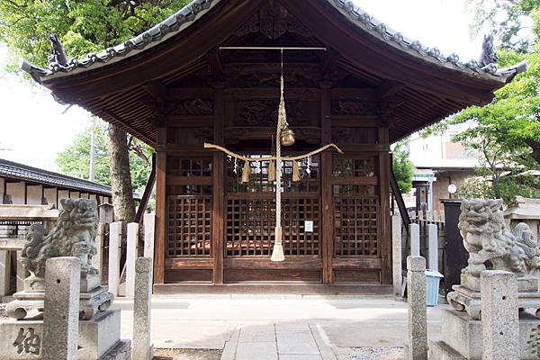 枇杷島八幡社拝殿前