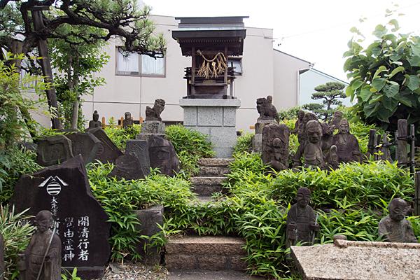 枇杷島御嶽社の社と石碑と石仏
