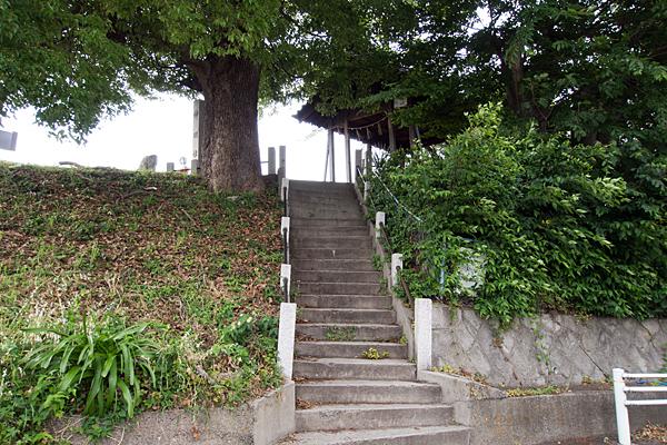 枇杷島神明社白山社合殿入り口階段