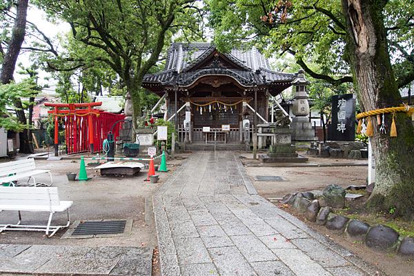 名塚白山社参道と拝殿