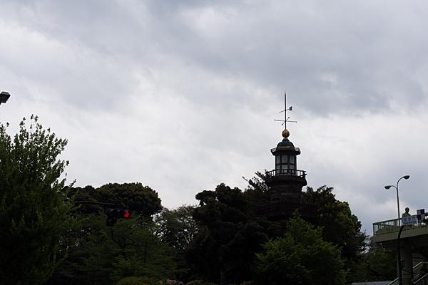 塔と曇り空