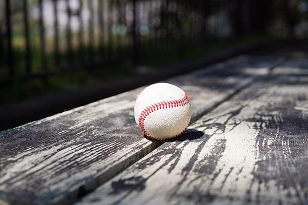 ベンチに野球ボール